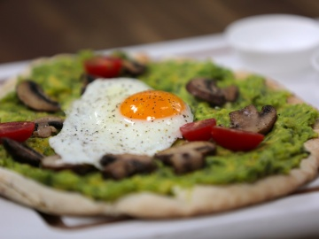 Avocado brekkie pizza